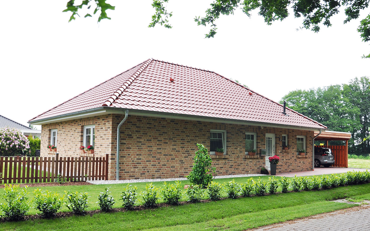 Bungalow mit Garage und rotem Dach