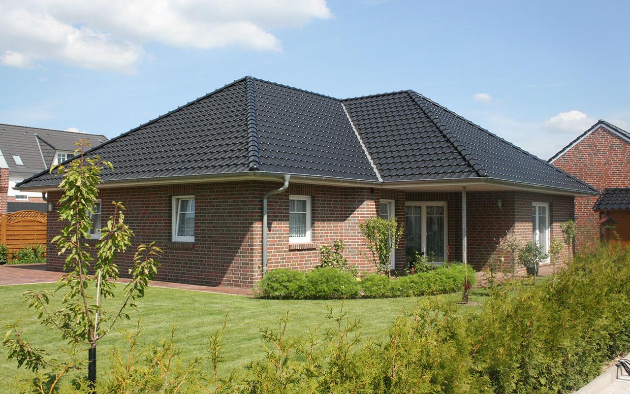 Bungalow mit Garten und schwarzem Dach