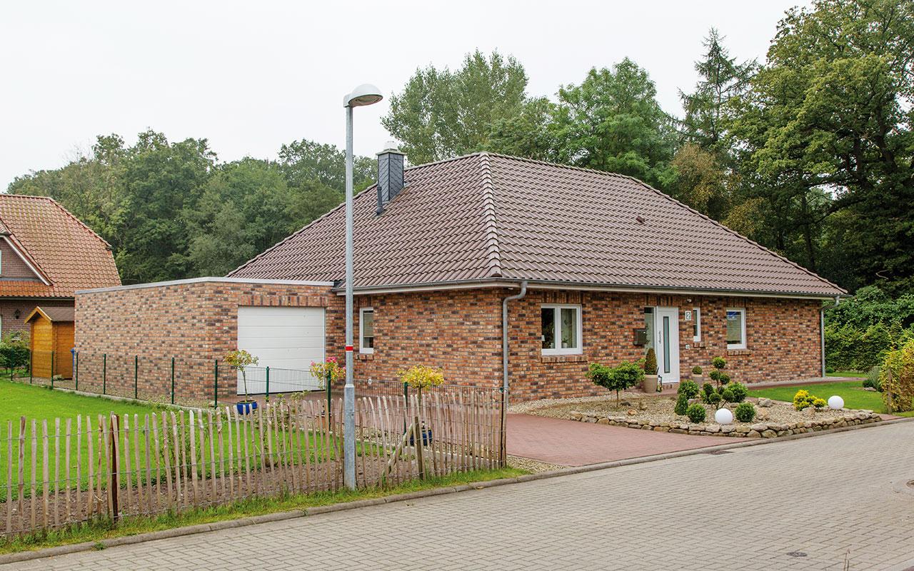 Bungalow mit Garage und braunem Dachziegeln