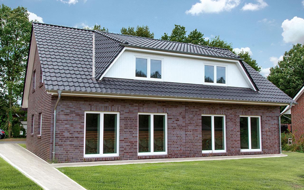 Doppelhaus mit großen Fenstern und Garten