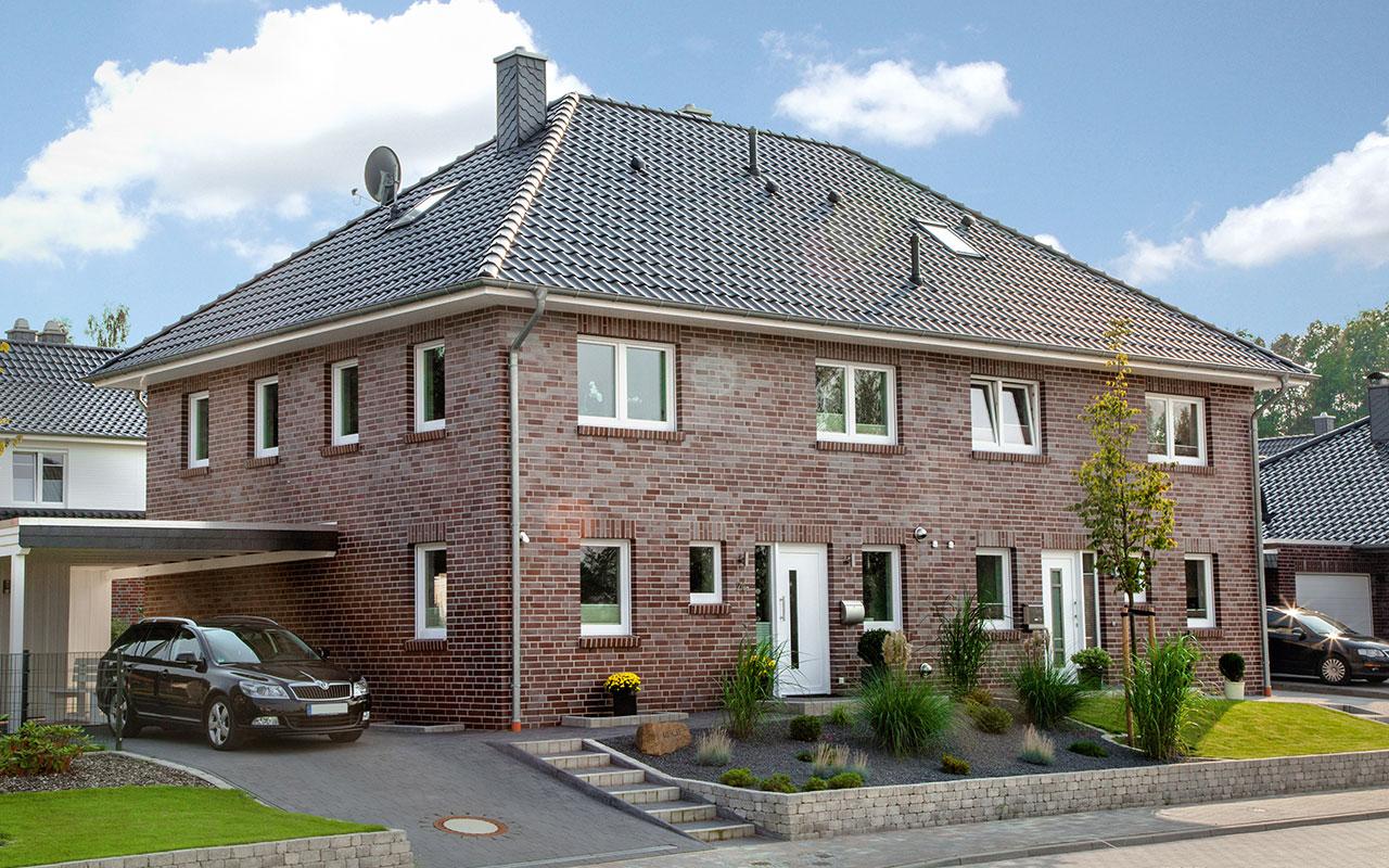 Doppelhaus mit roten Klinken