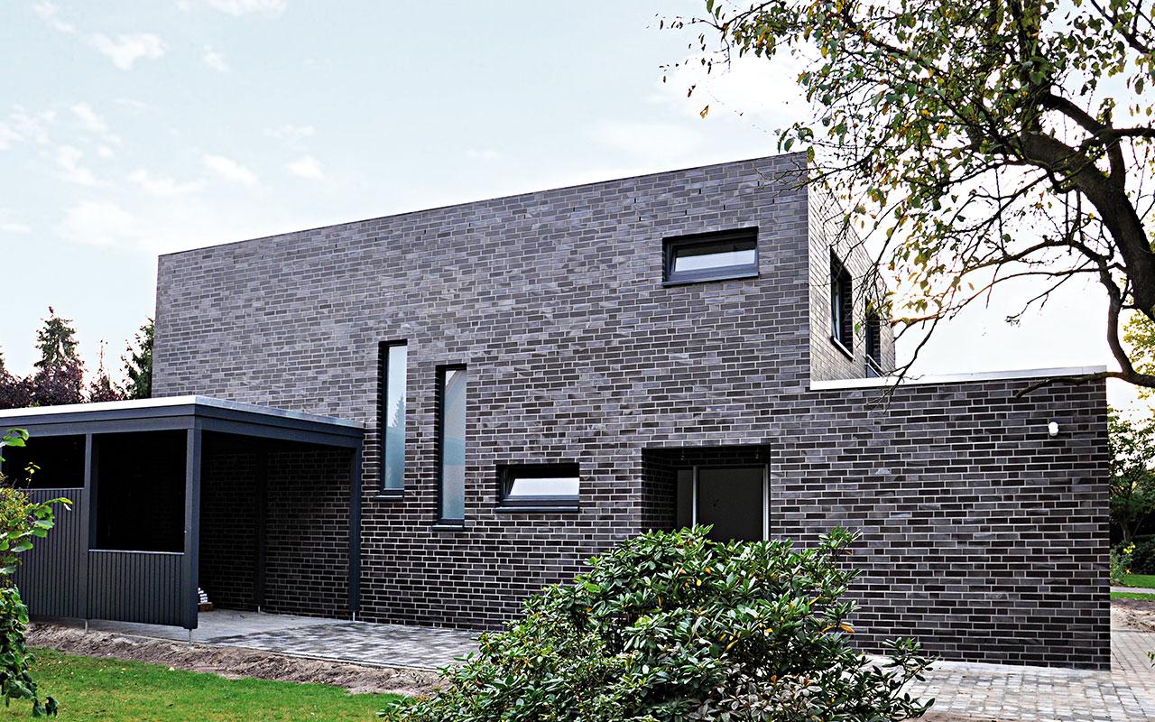 Flachdachhaus mit Garage und dunklen Klinkern
