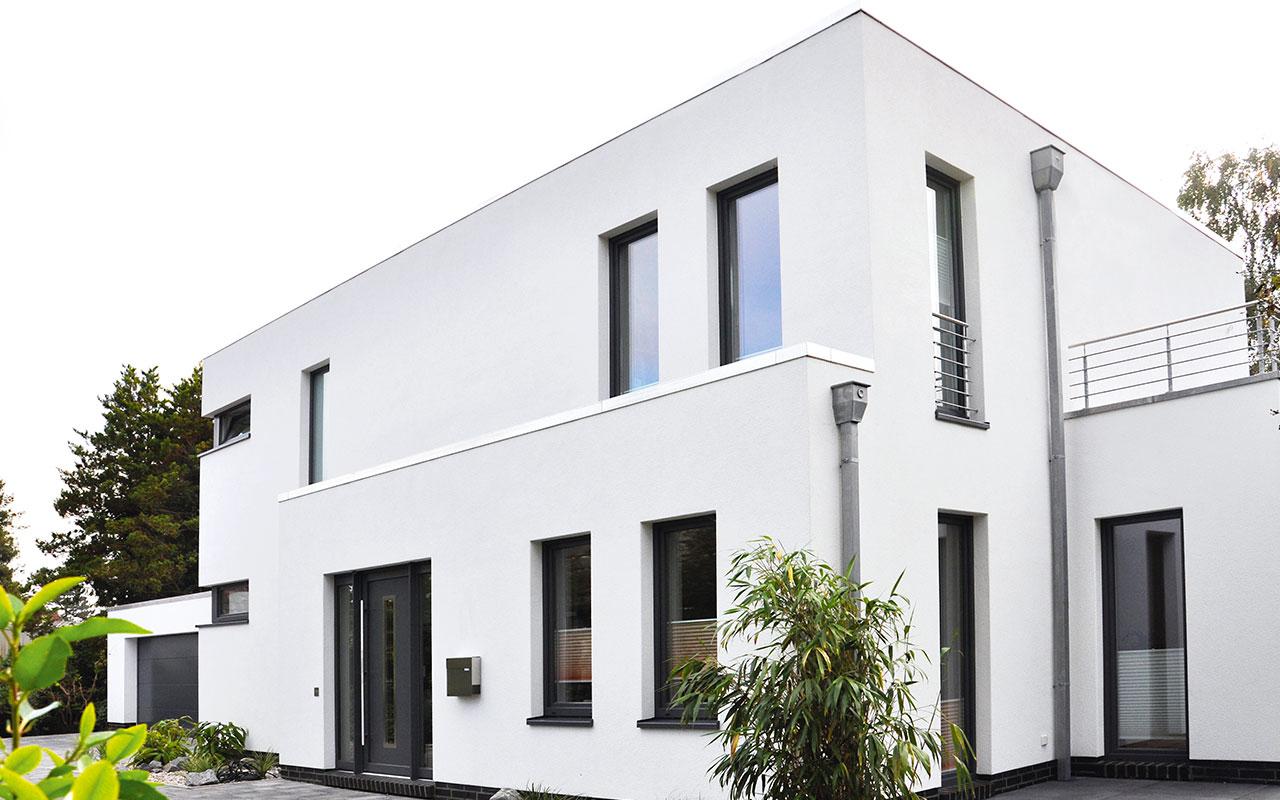 Weißes Flachdachhaus mit Balkon