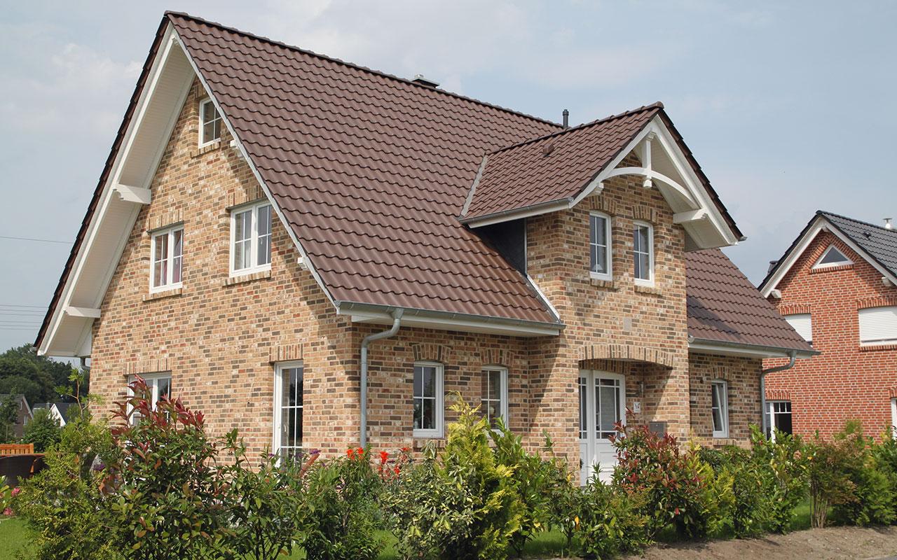 Herrenhausgiebel mit Klinkermix und braunem Dach