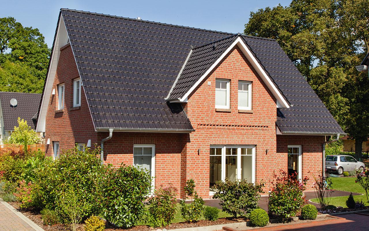 Herrenhausgiebel mit roten Klinkern und Terrasse