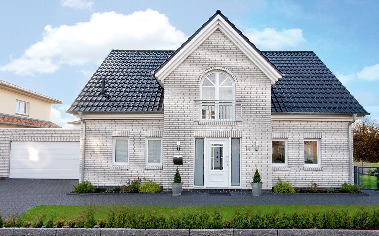 Weißes Herrenhausgiebel mit blauem Dach