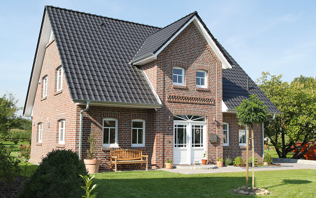 Herrenhausgiebel mit roten Klinkern und schwarzem Dach
