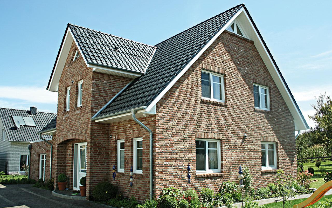 Herrenhausgiebel mit braunen Klinkern und schwarzem Dach