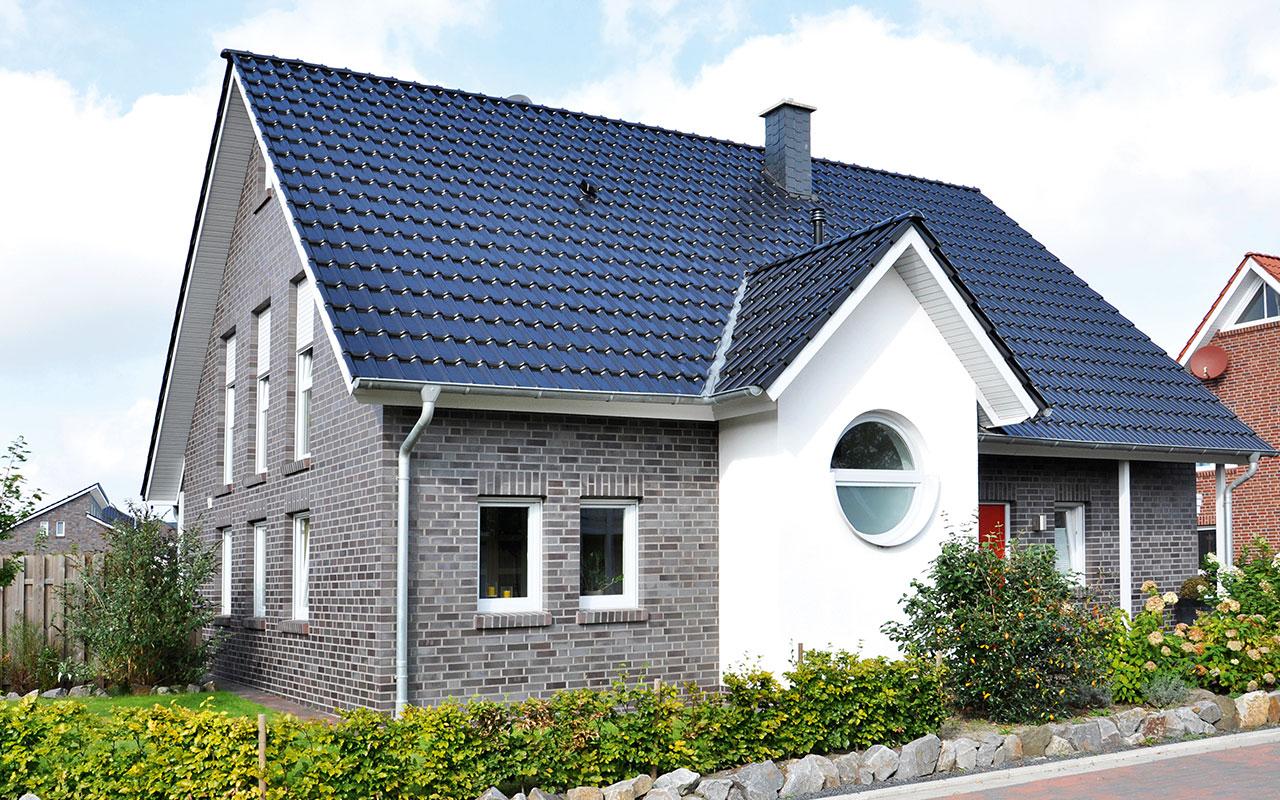 Herrenhausgiebel mit Bullauge und blauem Dach