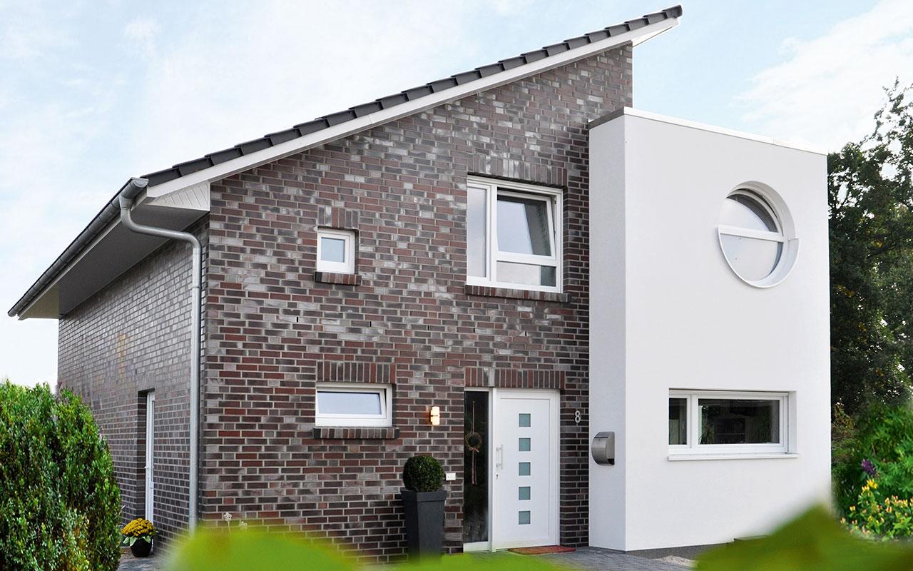 Pultdachhaus mit Fassadenmix und Bullauge