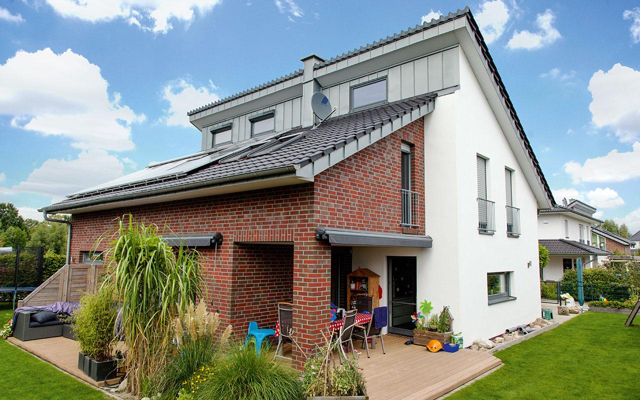 Pultdachhaus mit Fassadenmix und Solaranlage