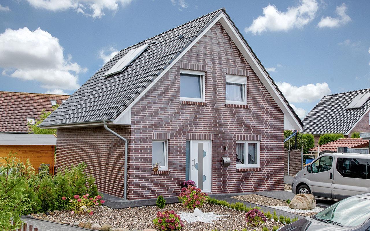 Satteldachhaus mit Einfahrt und Garten