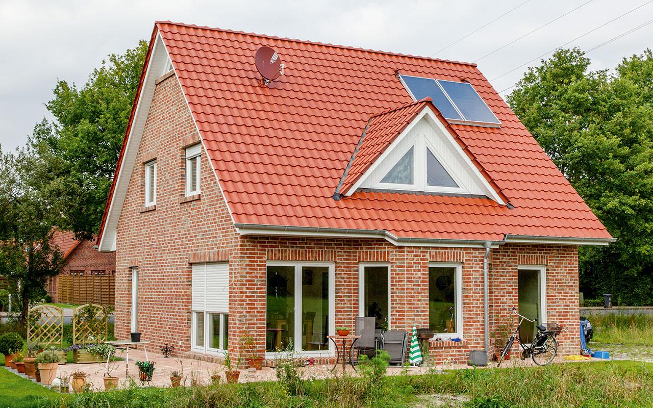 Satteldachhaus mit rotem Dach und großzügigem Lichteinfall