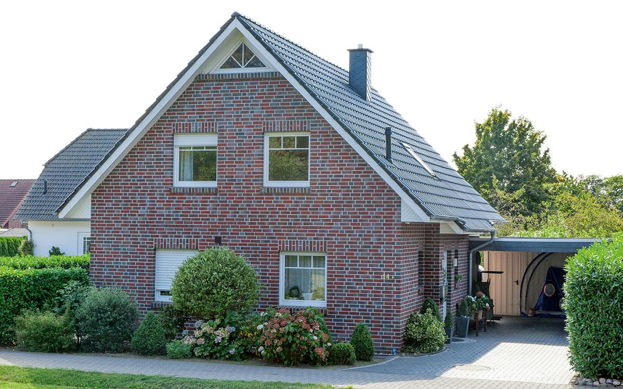 Satteldachhaus mit Carport und Galerie