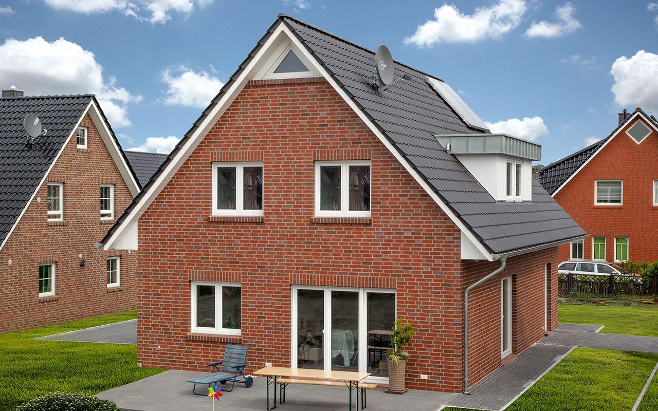Satteldachhaus mit Terrasse und Solaranlage