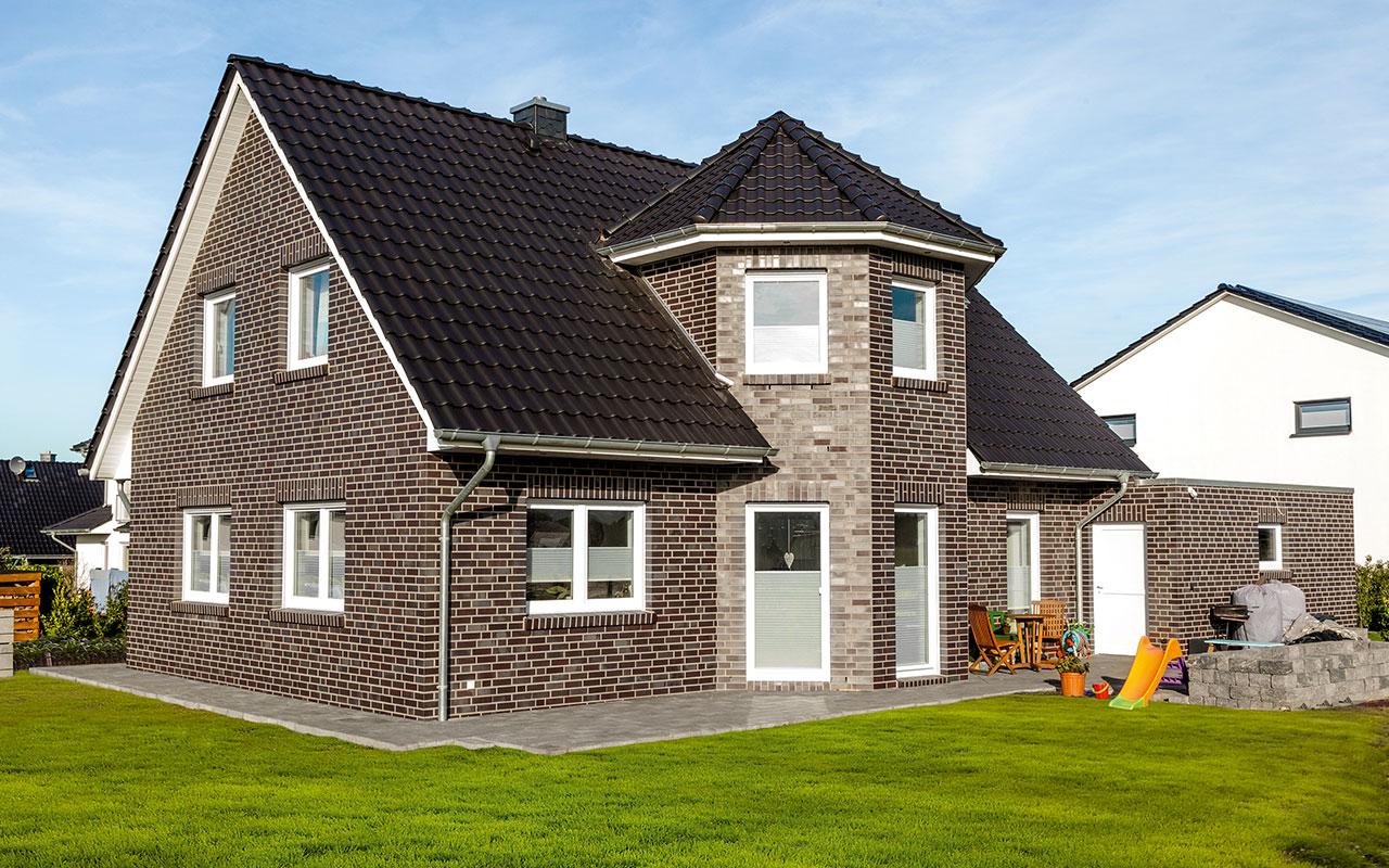 Satteldachhaus mit Erker und Garten